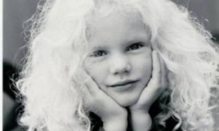 Αναγνωρίζετε το πανέμορφο κοριτσάκι της φωτογραφίας; Είναι τραγουδίστρια και πολύ πετυχημένη!