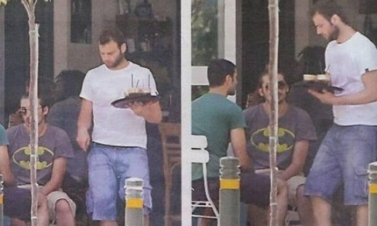 Ο Ορέστης Τζιόβας σερβίρει καφέδες στο Παγκράτι! (φωτό)
