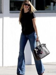 Sofia Vergara: Pretty woman walking down the street!