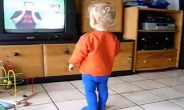 Η απίστευτη πιτσιρίκα που χορεύει Μπομπ Μάρλεϊ (βίντεο)