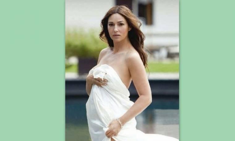 Monica Belucci: Στα 50 της φωτογραφίζεται μόνο με το σεντόνι της!
