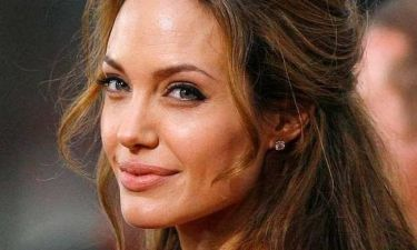 Η συγκλονιστική περιγραφή της γιατρού της Jolie: «Κρέμονταν από το στήθος της έξι σωληνάκια, τρία από τον κάθε μαστό»