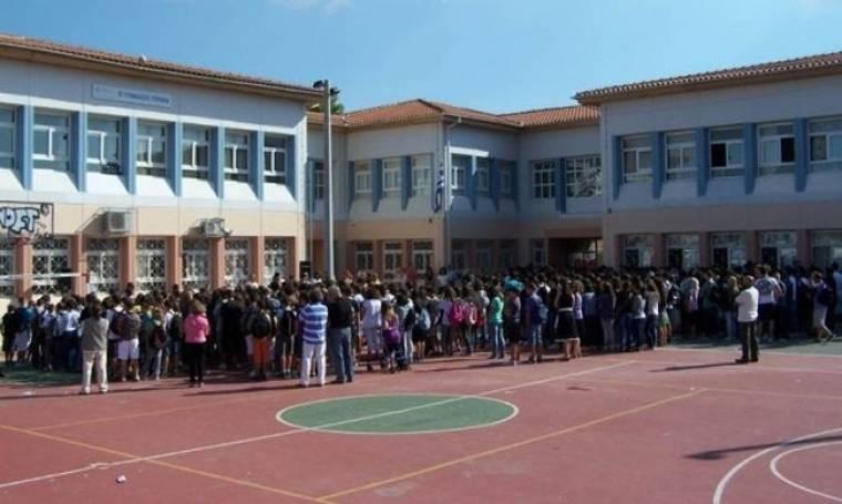 Με απεργία διαρκείας απειλούν δάσκαλοι και καθηγητές λίγο πριν χτυπήσει το κουδούνι