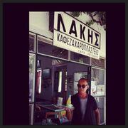 Ο Λάκης Γαβαλάς έγινε σερβιτόρος! (φωτογραφία)