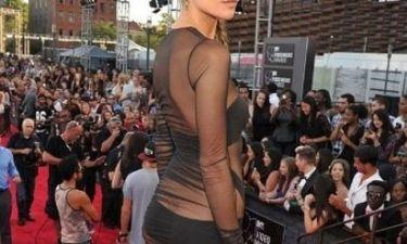 Ποια κυρία εμφανίστηκε σχεδόν γυμνή στα MTV VMAs αλλά κανείς δεν της έδωσε σημασία; (photos)