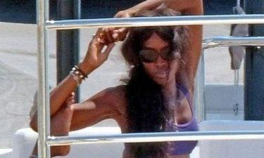 Μαζί με ποιον διάσημο κάνει γιόγκα η Naomi Campbell πάνω στο σκάφος του Cavalli;