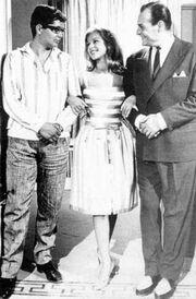 Στη μέση η Αλίκη Βουγιουκλάκη, δεξιά ο Λάμπρος Κωνσταντάρας, αριστερά;