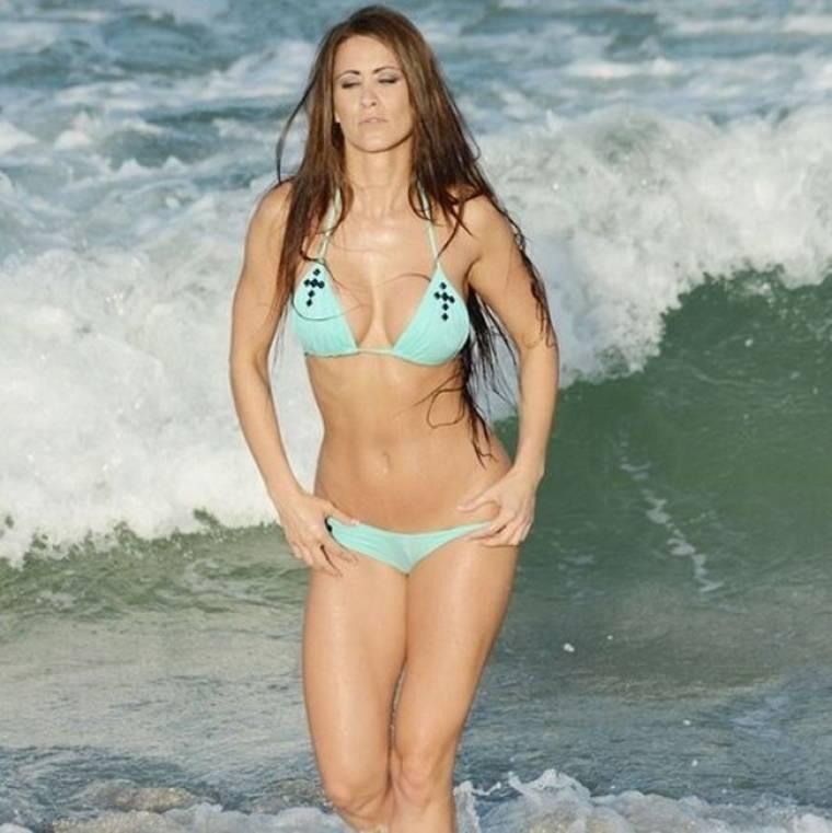 Η Anais Zanotti χαλαρώνει στην θάλασσα!