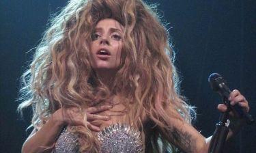 Lady Gaga: Bγήκε on stage με το στρινγκ της
