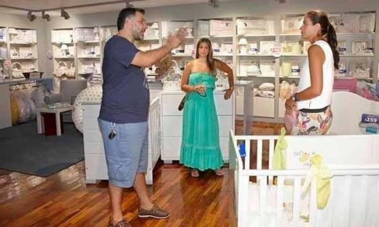 Παπαράτσι: Ο Γρηγόρης Αρναούτογλου και η Κατερίνα επιλέγουν την προίκα του μωρού τους (Nassos blog)