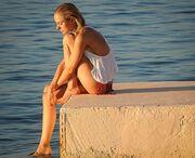 Απολαμβάνει τα ελληνικά νησιά topless!