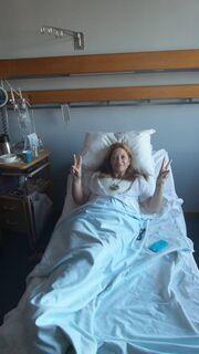 Calliope: Υποβλήθηκε σε διπλή μαστεκτομή και στέλνει το δικό της μήνυμα από το κρεβάτι του πόνου (φωτό)
