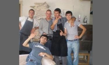 Όταν ο Άκης Πετρετζίκης δούλευε σε εστιατόριο στο Λονδίνο το 2005!