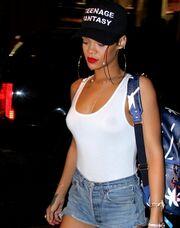 Rihanna: Με θεόστενο σορτσάκι και δίχως σουτιέν!