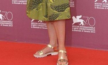 Boήθεια τα ματάκια μας! Ποια celebrity εμφανίστηκε με αυτά τα ανεκδιήγητα σανδάλια στο Φεστιβάλ της Βενετίας;