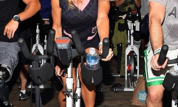 Πασίγνωστη ηθοποιός έκανε ποδήλατο με σέξι φόρεμα! (φωτό)