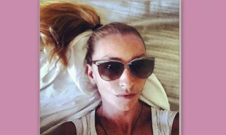 Ρούλα Ρέβη: Μαύρα γυαλιά φοράει στο… κρεβάτι της!