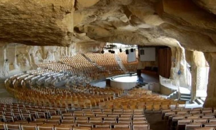 Μια εκκλησία μέσα σε σπηλιά (pics)