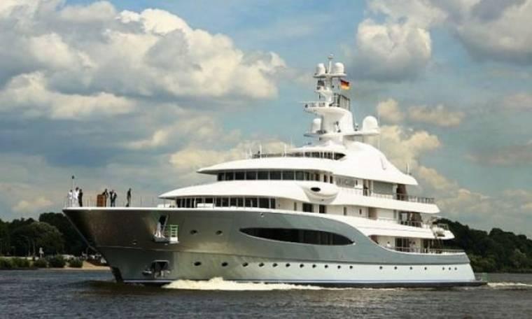 Ένας από τους πλουσιότερους ανθρώπους του κόσμου κάνει διακοπές στην Ελλάδα με το πλωτό του παλάτι!