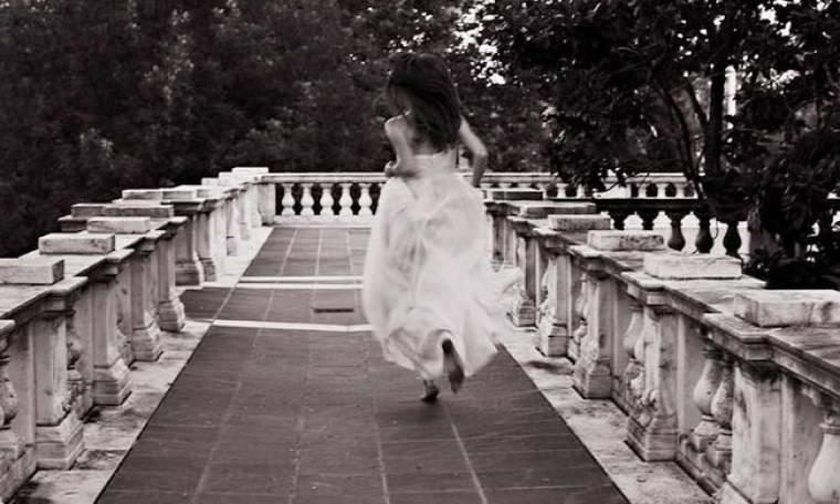 Διάσημη ηθοποιός έδωσε στον σύντροφό της τα παπούτσια στο χέρι λίγο πριν τον γάμο!