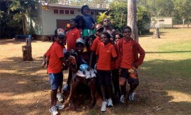 15.000 ζευγάρια παπούτσια μοίρασε σε παιδιά της Αφρικής η μαραθωνοδρόμος Βίβιαν Καρτσούνη