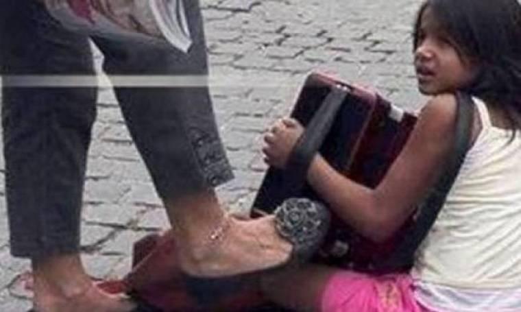 Φωτογραφία-σοκ: Γυναίκα κλωτσάει κοριτσάκι που παίζει ακορντεόν