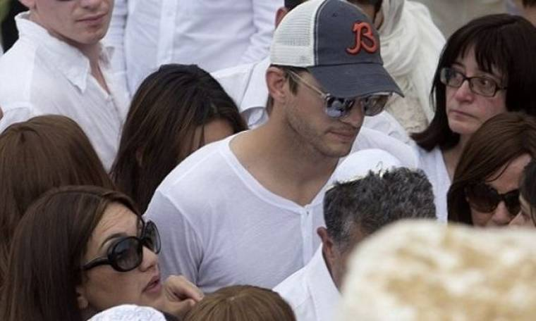 Ashton kutcher: Συγκινημένος στην κηδεία του ηγέτη της Καμπάλα
