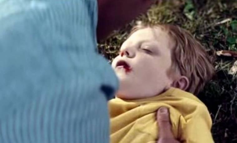 Το συγκλονιστικό βίντεο του πατέρα που είναι ανήμπορος να βοηθήσει τον αιμόφυρτο γιο του!