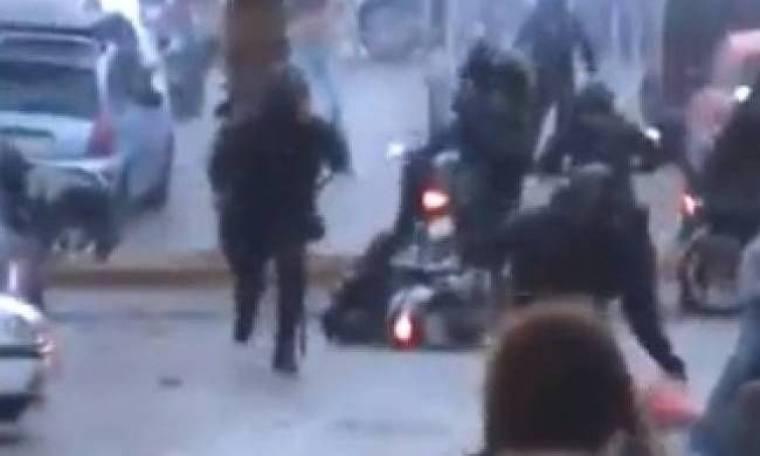 Βίντεο-ΣΟΚ από το Κερατσίνι: Έπεσε πάνω σε διαδηλωτή με μηχανάκι