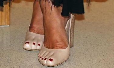 «Ξυπόλητη» πριγκίπισσα! Ποια γαλαζοαίματη φόρεσε αυτές τις εκκεντρικές γόβες;