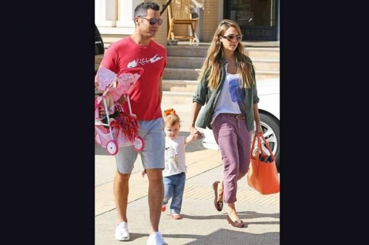 Jessica Alba: Για ψώνια με τον σύζυγο και τη μικρή τους κόρη