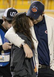 Αγκαλίτσες και… φιλάκια για Kunis-Kutcher