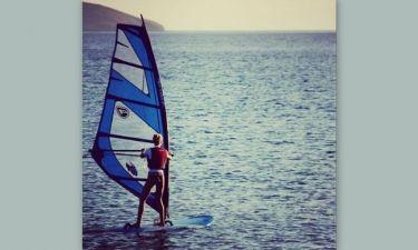 Δεν αφήνει το wind surfing ούτε μέσα στο… φθινόπωρο