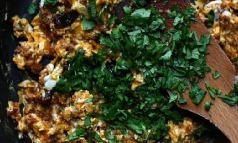 Ένα ονειρεμένο «τουρλού»: Αυγά με λουκάνικο σε 2 βήματα