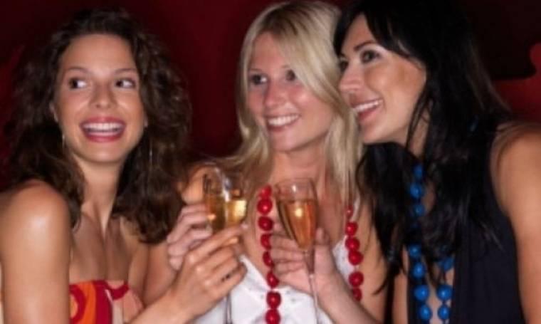 4 τρόποι για να γνωρίσεις κάποιον σε μπαρ - και να αξίζει τον κόπο!