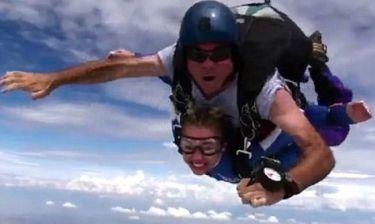Η Miley Cyrus σε ελεύθερη πτώση με αλεξίπτωτο