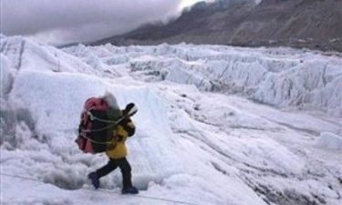 Δείτε τι ανακάλυψε κάνοντας ορειβασία και έγινε... πάμπλουτος!