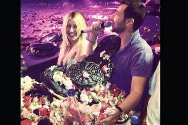 Λεάνα Μάρκογλου-Πάνος Καλίδης: Νυχτερινή έξοδος με λουλουδοπόλεμο