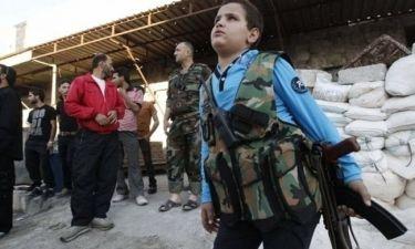 Συγκλονιστικές εικόνες! Παιδιά ποζάρουν με όπλα στα χέρια στη Συρία!