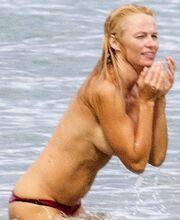 Το κορμί πειρασμός της 46χρονης ηθοποιού και οι topless φωτογραφίες, που κάνουν το γύρο των social media!