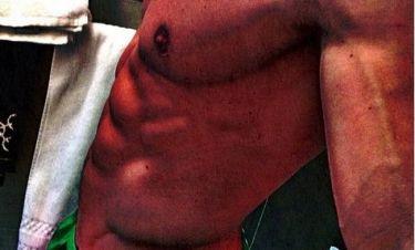 Φωτό: Έλληνας παρουσιαστής αυτοφωτογραφήθηκε στο μπάνιο του… Κομμάτια!!! (Nassos blog)
