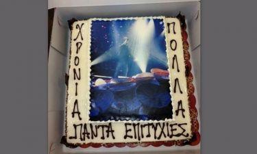 Ποιος τραγουδιστής έσβησε τα κεράκια αυτής της τούρτας στο νυχτερινό κέντρο όπου τραγουδά;