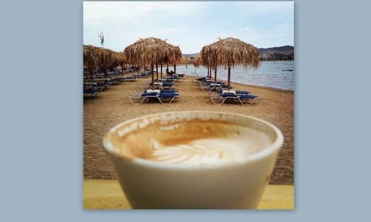 Πίνει τον καφέ της στην παραλία η…
