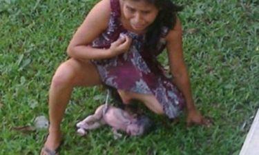 Σοκαριστική φωτογραφία! Γυναίκα γέννησε αβοήθητη έξω από νοσοκομείο επειδή ήταν άπορη!