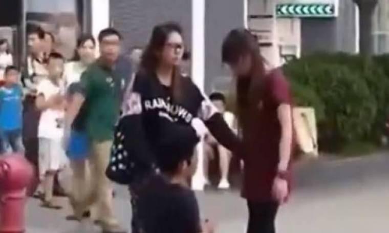 Γονάτισε στη μέση του δρόμου και η κοπέλα του τον χαστούκιζε (vid)