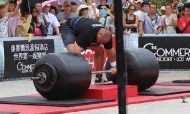 Βίντεο: Σήκωσε 442 κιλά και έσπασε το ρεκόρ Γκίνες!