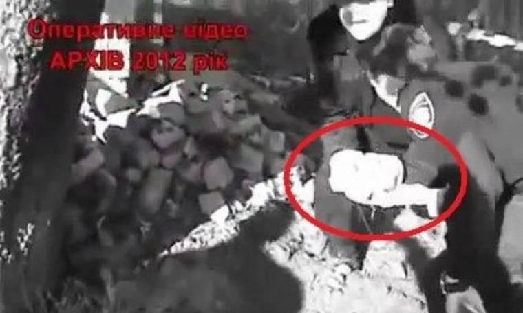 Συγκλονιστικό βίντεο: Βρίσκουν ζωντανό νεογέννητο μωρό που είχε θάψει στο χώμα η ίδια η μητέρα του!