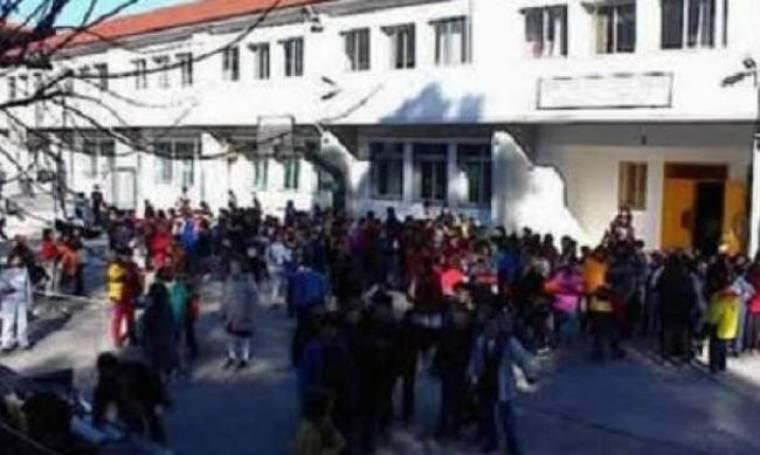 ΣΟΚ: Σάτυρος αυτοϊκανοποιούνταν έξω από σχολείο!