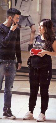 Η Βάσω Λασκαράκη ένα μήνα πριν γεννήσει κάνει τα ψώνια με τον Τσιμιτσέλη για το μωρό τους!