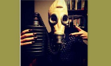 Τραγουδίστρια με… «μάσκα οξυγόνου»!